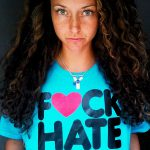 Yansn mit F♥ck Hate-T-Shirt