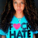 Yansn mit F♥ck Hate-T-Shirt